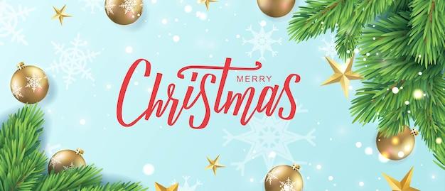 Feliz navidad tarjeta de texto de letras a mano. rama de pino realista con estrellas doradas, bolas sobre fondo azul claro.