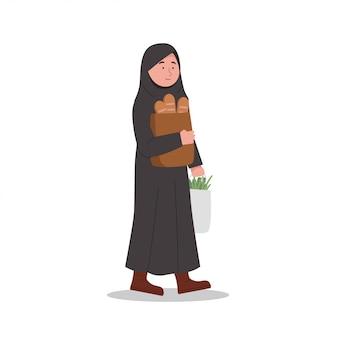 Feliz niña árabe llevando víveres después de ir de compras
