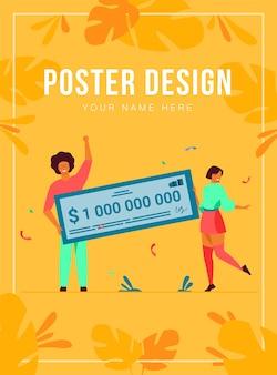 Feliz niña y chico ganando mil millones de efectivo, obteniendo un premio en efectivo, sosteniendo una plantilla de póster de cheque bancario
