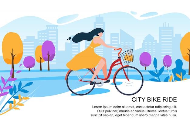 Feliz niña de dibujos animados ciclista en bicicleta en la calle de la ciudad
