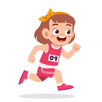 Feliz niña linda correr en juego de maratón