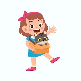 Feliz niña linda niña juega con gato mascota