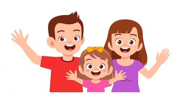 Feliz niña niño lindo con mamá y papá