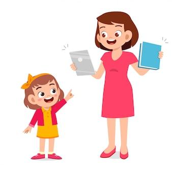 Feliz niña niño lindo con mamá sosteniendo tableta