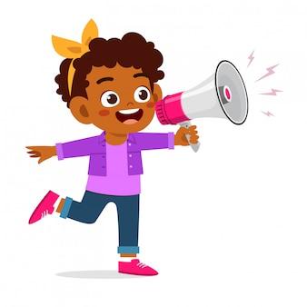 Feliz niña niño lindo con megáfono