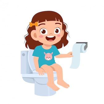Feliz niña niño lindo sentarse en el inodoro