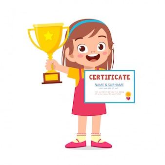 Feliz niña niño lindo con trofeo