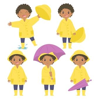 Feliz niño afroamericano en impermeable amarillo y paraguas púrpura conjunto de vectores