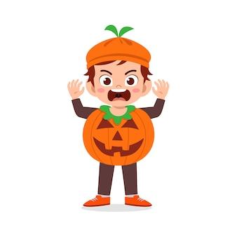 Feliz niño lindo celebrar halloween viste disfraz de monstruo de calabaza
