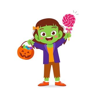 Feliz niño lindo celebrar halloween viste disfraz de monstruo de frankenstein