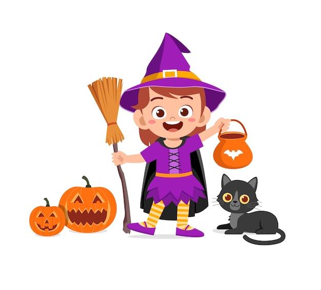 Feliz niño lindo celebrar halloween viste traje de bruja