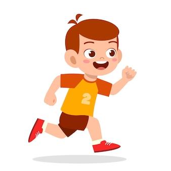 Feliz niño lindo corriendo tan rápido