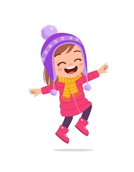 Feliz niño lindo jugar y usar chaqueta en temporada de invierno