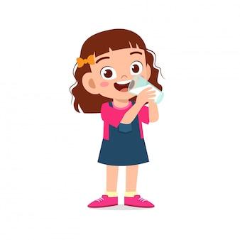 Feliz niño lindo niña beber leche fresca