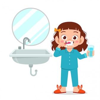 Feliz niño lindo niña cepillo de dientes limpios