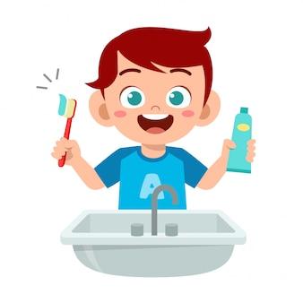 Feliz niño lindo niño cepillo de dientes limpios