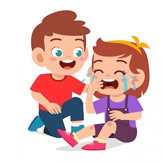 Feliz niño lindo niño confort llorando amigo