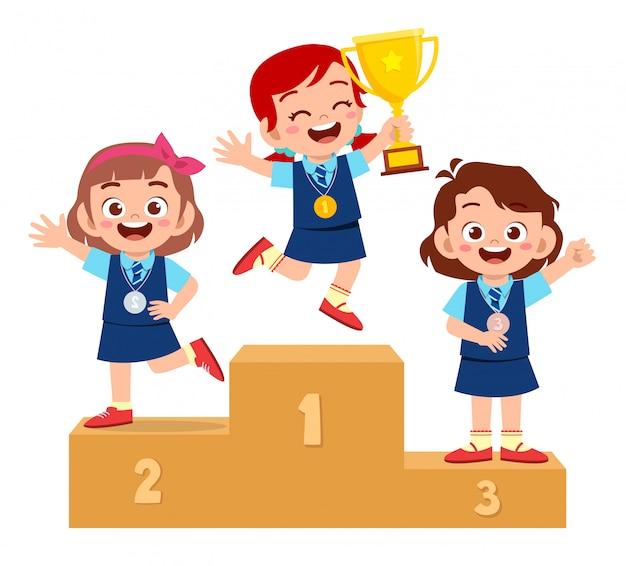 Feliz niño lindo niño gana en el podio
