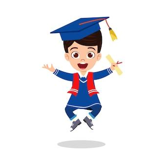 Feliz niño lindo niño graduado saltando con certificado aislado sobre fondo blanco.