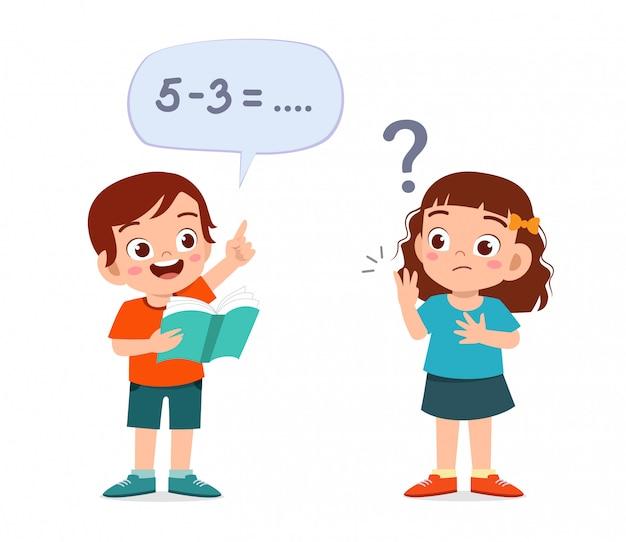 Feliz niño lindo niño y niña estudiando matemáticas