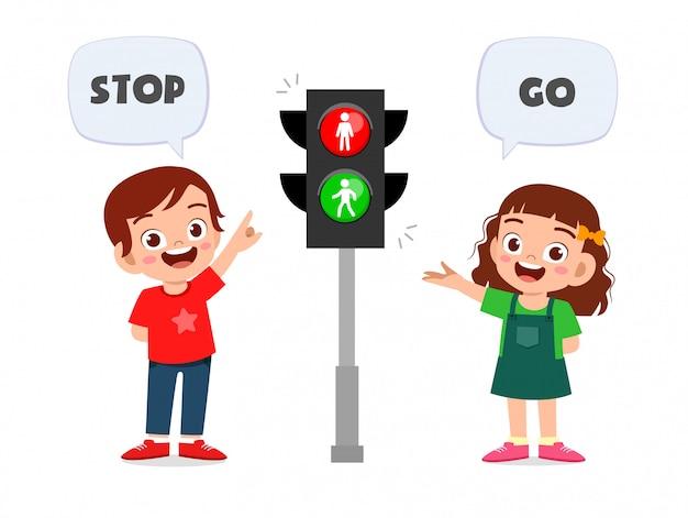 Feliz niño lindo niño y niña con señal de tráfico