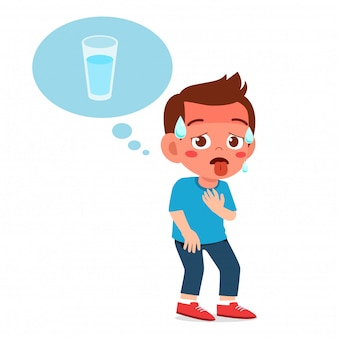Feliz niño lindo niño siente tanta sed