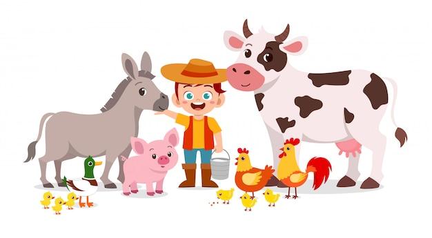 Feliz niño lindo niño vive en la granja con animales