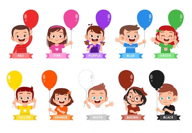 Feliz niño lindo usar muchos colores de diseño