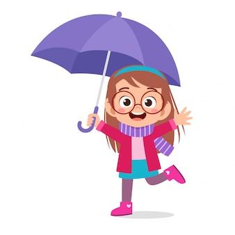Feliz niño lindo usar paraguas día de lluvia