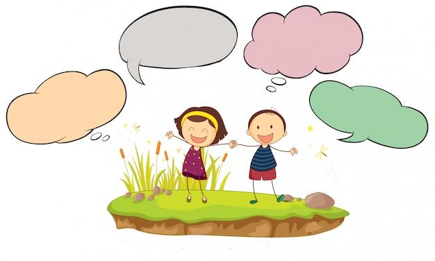 Feliz niño y niña con globo de discurso