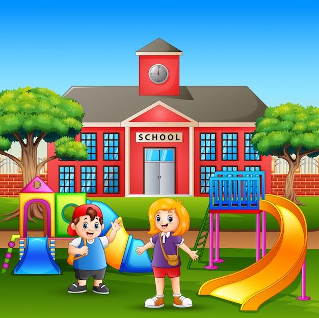 Feliz niño y niña jugando en el patio de la escuela