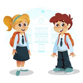 Feliz niño y niña con mochila frente a edificio de la escuela