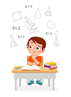 Feliz niño pequeño niño lindo pensando en examen