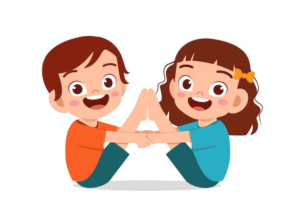 Feliz niño pequeño niño y niña hacen pose de yoga
