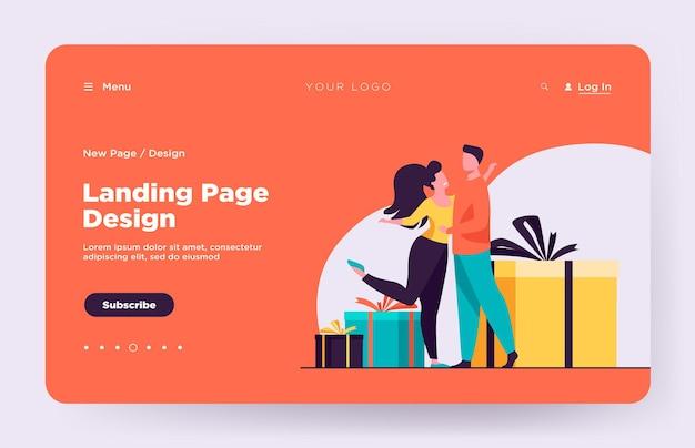 Feliz pareja abrazándose y de pie cerca de la página de inicio de regalos