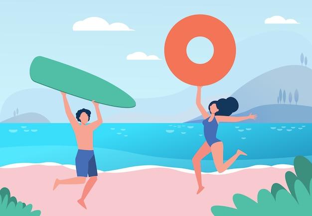 Feliz pareja disfrutando de actividades en la playa de verano. hombre y mujer con tabla de surf y aro salvavidas en el mar ilustración plana.