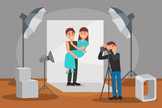 Feliz pareja de enamorados posando en sesión de fotos, fotógrafo haciendo fotos, interior de estudio fotográfico con equipo profesional ilustración