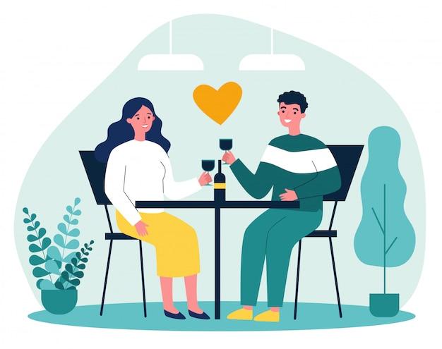 Feliz pareja joven que data en el restaurante en el día de san valentín