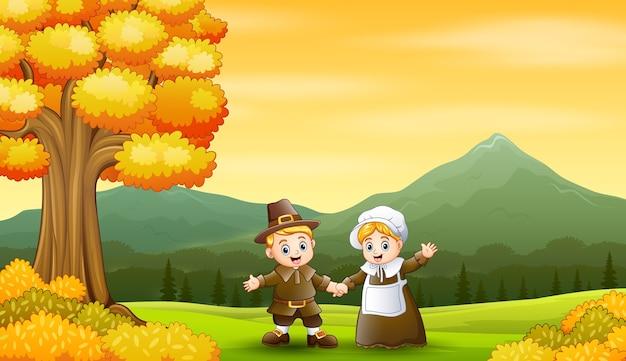 Feliz pareja de peregrinos en el fondo de otoño