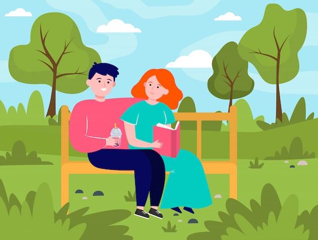 Feliz pareja sentada en un banco en el parque