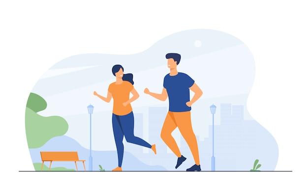 Feliz pareja sonriente corriendo en el parque de verano