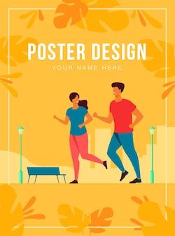 Feliz pareja sonriente corriendo en la plantilla de cartel de parque de verano
