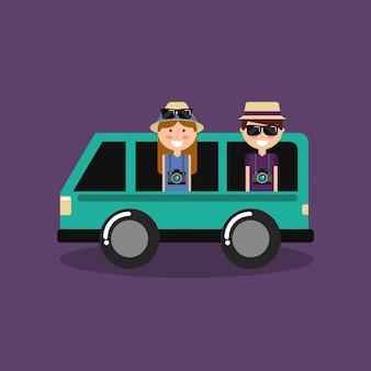 Feliz pareja viajeros vacaciones en furgoneta