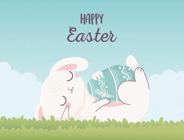 Feliz pascua durmiendo conejo con huevo sobre hierba, tarjeta de felicitación