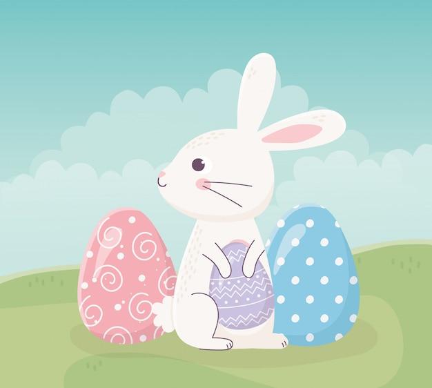 Feliz pascua sentado conejo con huevos en celebración de hierba