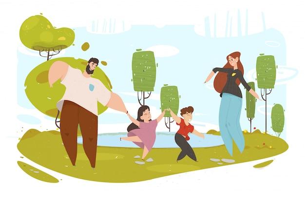 Feliz paseo familiar alrededor del parque de la ciudad ocio activo