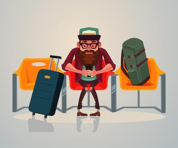 Feliz sonriente personaje de turista hombre esperando transporte en la sala de espera en la estación y relajarse usando el teléfono a internet. ilustración de dibujos animados plana
