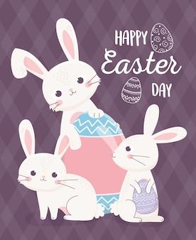 Feliz tarjeta del día de pascua, conejitos con delicados huevos decorados