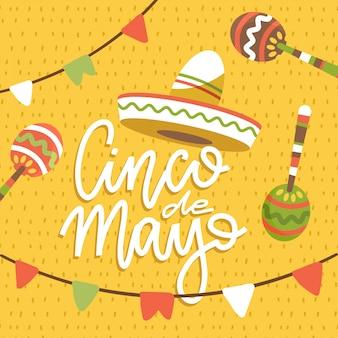 Feliz tarjeta de felicitación de cinco de mayo con frase de letras dibujadas a mano y sombreros, banderas y maracas. ilustración plana sobre fondo de patrón