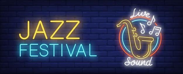 Festival de jazz con señal de neón de sonido en vivo. saxofón amarillo con signos de melodía voladora